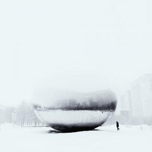 Une boule de cristal posée sur la neige