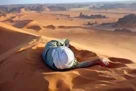 Homme couché dans le désert du Sahara